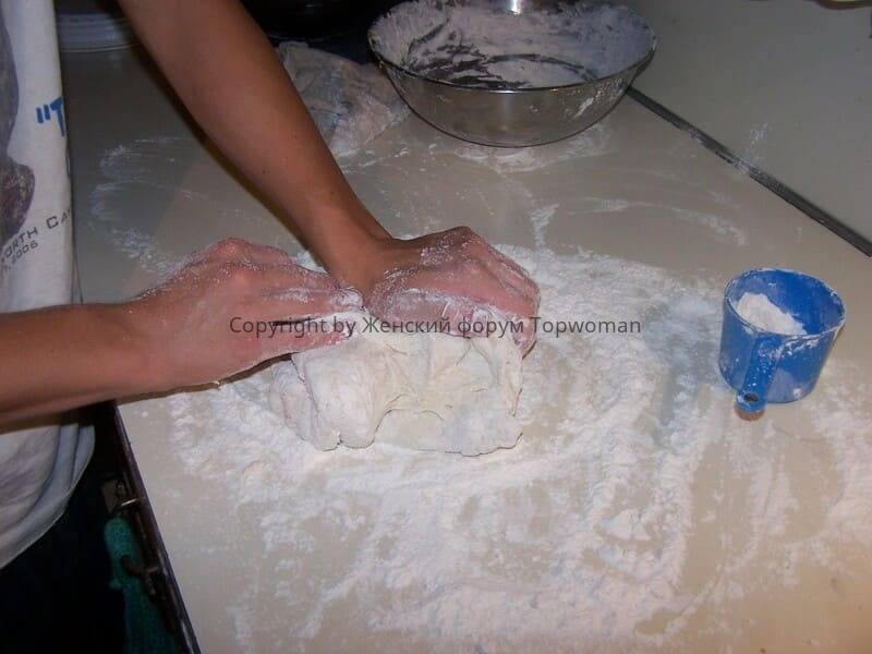 Разминаем тесто для хлеба
