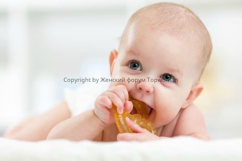 Как помочь ребёнку при прорезывании первых зубов