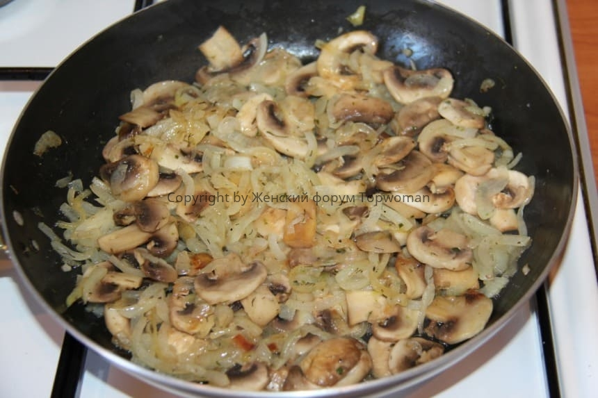 Жульен с курицей и грибами на сковородке