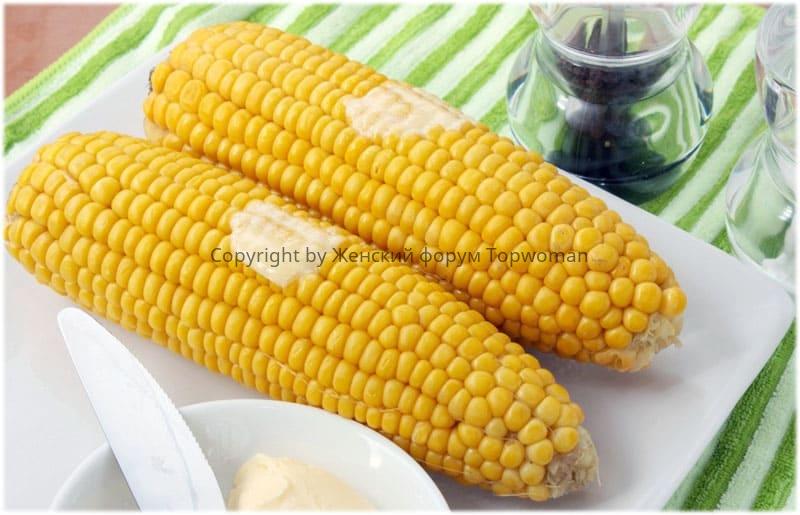 Варёная кукуруза на столе