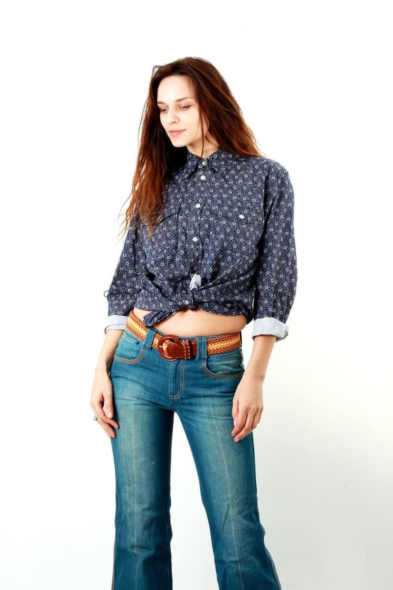 Мужская рубашка на девушке с джинсами клёш