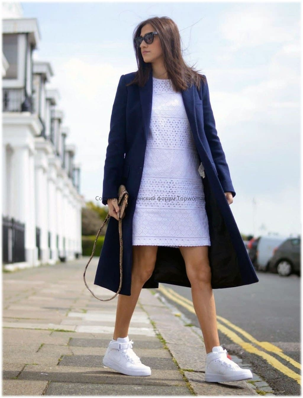 Модно носить кроссовки с пальто, юбками, платьями