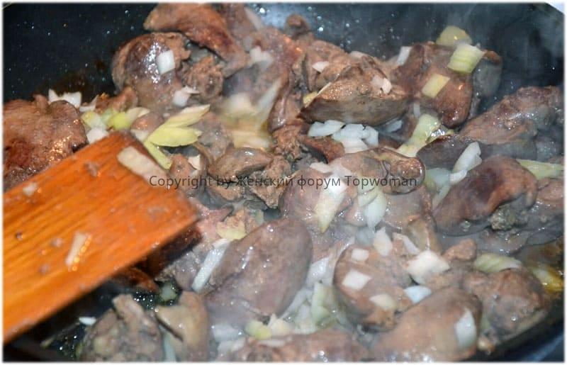 Жарим свиную печень с луком на сковороде