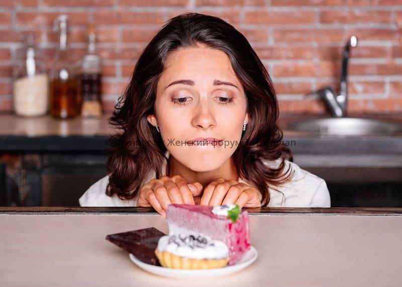 Почему женщин тянет на сладкое