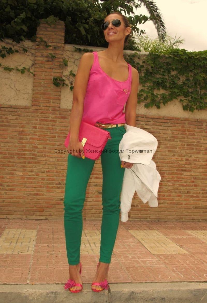 Изумрудные брюки сочетание с розовым цветом