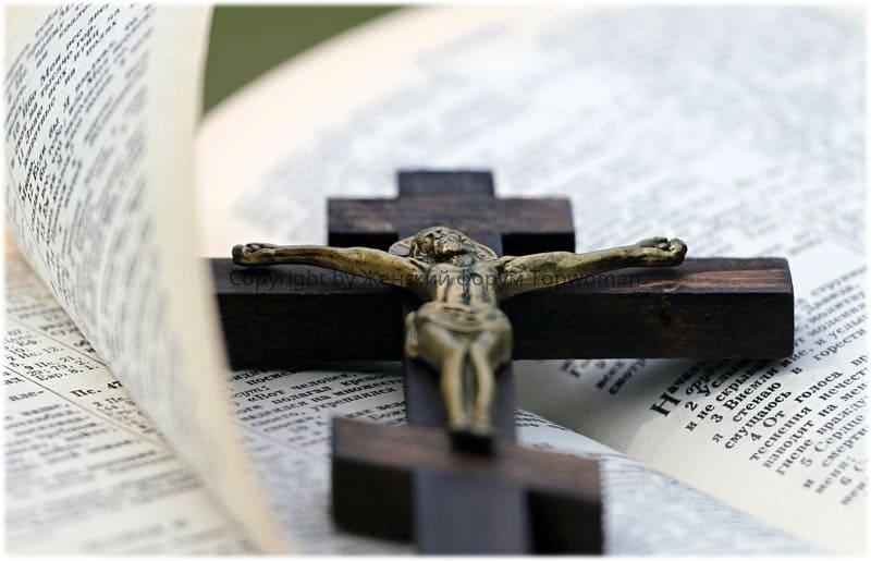 Можно ли читать молитвы с телефона дома или по бумажке